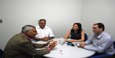 O professor Ugo dialoga com a Pró-Reitora de Extensão Angélica Espinosa e o diretor do CCHN Renato Rodrigues.